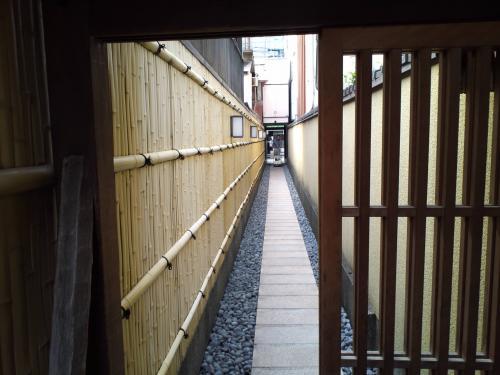めん房 ドア越し通路.jpg