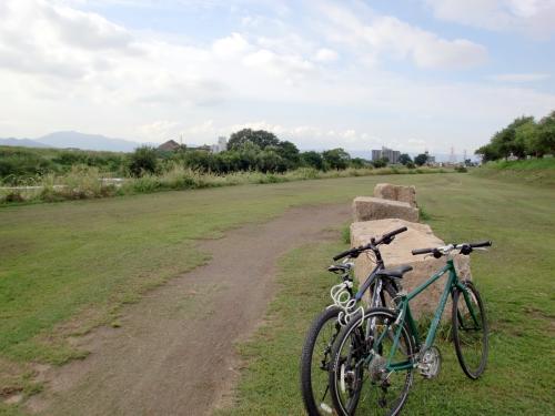 自転車と河原.jpg